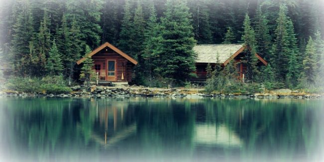 vacation-homes-on-lake-at-the-edge-of-woods